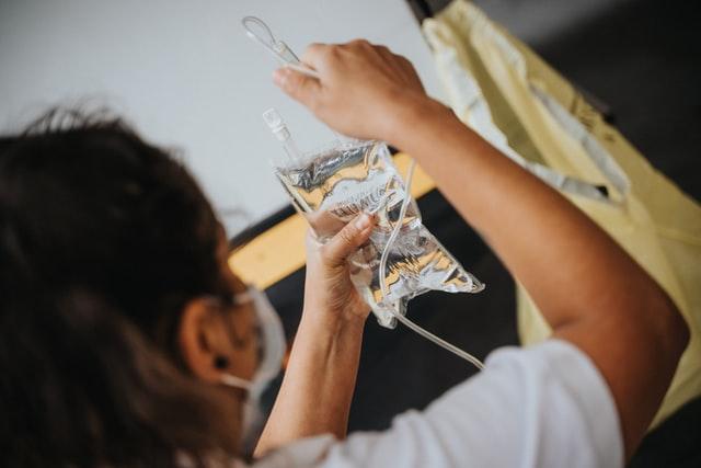 Быстрая наркологическая помощь с применением капельницы при обезвоживании организма во время запоя